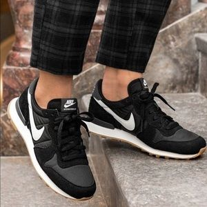NWT Nike internationalist black suede